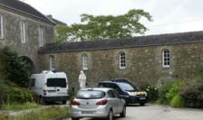 Clădirea unde a fost găsit cadavrul preotului la Saint-Laurent-sur-Sèvres, în Vandeea.