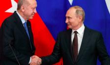 Recep Tayyip Erdogan şi Vladimir Putin se consultă periodic, fotografie datînd din martie 2020 în cusul unei întîlniri la Moscova.