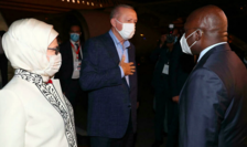 Preşedintele turc Recep Tayyip Erdogan şi soţia sa primiţi pe aeroportul din Luanda, Angola, de ministrul de externe angolez Tete Tonio, 17 octombrie 2021.