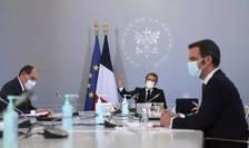 Premierul Frantei, Jean Castex, presedintele Republicii, Emmanuel Macron, si Olivier Véran, la Palatul Elysée, reuniti pentru un Consiliu de apàrare consacrat combaterii pandemiei de Covid, 12 noiembrie 2020.
