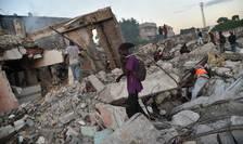 In Haiti, locuitorii din capitala Port-au-Prince recupereazà materiale dintr-o casà ràvàsità de uraganul Matthew, 2 noiembrie 2016