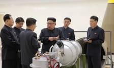 Kim Jong-un se pozează aparent lângă o bombă nucleară, potrivit agenţiei de presă de stat nord-coreene (Foto: Reuters)