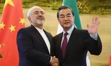 Ministrul iranian de externe Mohammad Djavad Zarif si omologul sàu chinez Wang Yi.