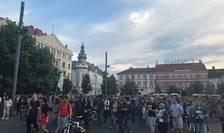 Protestatarii ieșiți în stradă joi seara la Cluj avertizează că cea mai mare greșeală a autorităților ar fi emiterea unei ordonanțe de urgență care ar putea scoate basma curată condamnații penali din politică.