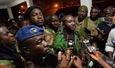 Issiaka Ouattara, purtàtorul de cuvânt al militarilor ràzvràtiti, cu jurnalistii la Bouaké, 7 ianuarie 2017