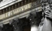 Statuia lui Colbert în fata Adunàrii nationale franceze (Camera deputatiilor) din Paris