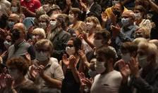 """Spectatori mascati asistà la spectacolul """"Lettre à ma ville"""" în sala de concerte La Filature din Mulhouse, în estul Frantei, 23 septembrie 2020."""