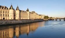 Conciergerie si Pont Neuf în zare, Paris, qprilie 2020.