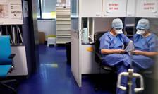 Asistenti medicali într-o unitate Covid-19 a spitalului Orangerie din Strasbourg, 17 aprilie 2020