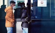 Elevi si adulti merg sà-si facà test Covid-19 într-un colegiu din Crépy-en-Valois, 3 martie 2020
