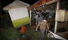 Oamenii recuperează obiecte dintr-un magazin distrus de cutremurul din Chile (Foto: Reuters/Rodrigo Garrido)