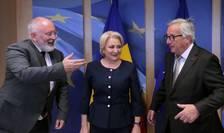 Prim-vicepreşedintele Comisiei Europene, Frans Timmermans, premierul Viorica Dăncilă și șeful Comisiei Europene, Jean Claude Juncker