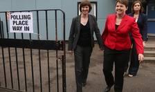 Ruth Davidson (în roșu) și partenera ei Jen Wilson la votare