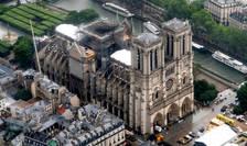 De la incendiu, aproximativ 150 de muncitori s-au aflat pe santierul de la catedrala Notre Dame, pentru a efectua lucrari de curatire si securizare a edificiului.