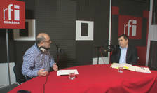 Jurnalistul Ovidiu Nahoi și Prof. Univ. Dr. Iordan Bărbulescu in studioul radio RFI