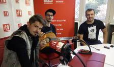 Dani Ionescu, Andrei Doboș și Șerban Balaban, o parte din trupa D-l Goe în studioul RFI România