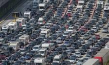 Cozi enorme de mașini care așteaptă să treacă Canalul Mânecii la Dover