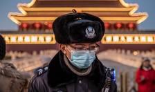 Polițist din Beijing, cu mască sanitară (Foto: AFP/Nicolas Asfouri)
