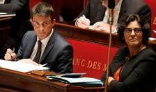 Premierul Frantei Manuel Valls si ministrul Muncii Myriam el-Khomri pe bàncile Parlamentului de la Paris în timpul dezbaterii privind motiunea de cenzurà depusà de opozitia conservatoare