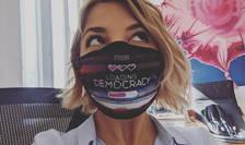 Fotografie portret cu Elena Calistru purtand masca sanitara pe care scrie Loading Democracy