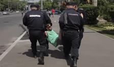 Protestatar ridicat de jandarmi-arhivă (Sursa foto: Facebook/Funky Citizens)