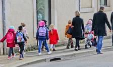Elevii francezi revin în clase pe 1 septembrie. Masca de protectie va trebui purtata de toti copiii de peste 11 ani.