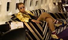 Actorul Taron Egerton inerpreteazà rolul cântàretului pop Elton John