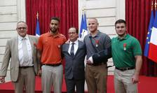 De la stânga la dreapta în jurul presedintelui François Hollande: britanicul Chris Norman, americanii Anthony Sadler, Spencer Stone si Alek Skarlatos, pe 24 august 2015 la Palatul Elysée