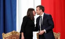Emmanuel Macron felicitând-o pe doamna primar al Parisului, Anne Hidalgo, 14 mai 2017