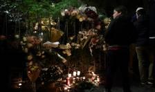Flori si lumânàri în memoria victimelor atentatelor din 13 noiembrie 2015, nu departe de sala Bataclan, pe 12 noiembrie 2016