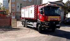 Pompierii desfăşoară misiuni de căutare-salvare a persoanelor prinse sub dărâmături