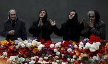 Femei se reculeg la Memorialul genocidului armean, Erevan, 21 aprilie 2015.