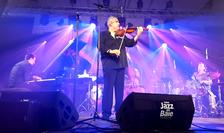 """Violonistul Florin Niculescu pe scena Festivalului """"Jazz en Baie"""" (Golful Mont-Saint-Michel)"""