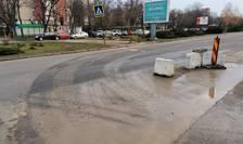 Urme de noroi pe asfalt, la ieșirea de pe un șantier al Primăriei Capitalei, din Drumul Taberei (Foto: RFI/Cosmin Ruscior)