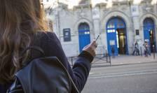 O elevà fumând în fata unui liceu parizian, februarie 2016