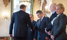Preşedintele Klaus Iohannis dă mâna cu Gabriel Oprea, la Cotroceni (Foto: www.presidency.ro)