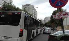 Autobuz blocat în trafic pe Bulevardul Banu Manta (Foto: RFI/Cosmin Ruscior-arhivă)