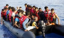 Imigranţi într-o barcă pneumatică defectă încearcă să ajungă în insula Kos din Grecia (Foto: Reuters/Umit Bektas)