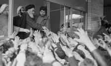 Ayatolahul Khomeini la universitatea din Teheran pe 3 februarie 1979, după întoarcerea din exilul francez.