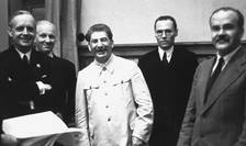 În prim plan: Ribbentrop, Staline si Molotov la semnarea pactului de neagresiune din 23 august 1939.