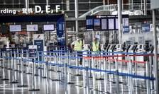 Ghisee de îmbarcare la Aeroportul Orly de lânga Paris, 24 iunie 2020.