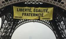 Protest inedit al organizaţiei Greenpeace, pe Turnul Eiffel (Sursa foto: site Greenpeace Franţa)