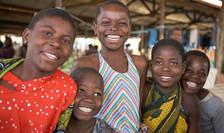 Grup de copii într-o piata din Africa