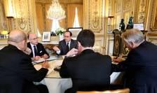 Presedintele Frantei François Hollande, înconjurat de premierul Manuel Valls si de ministrii de Interne, ai Apàràrii si de Externe, Bernard Cazeneuve, Jean-Yves le Drian respectiv Jean-Marc Ayrault