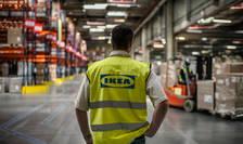 Un angajat Ikea într-un depozit al firmei, martie 2014.