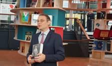 """Luca Niculescu, ambasadorul României în Franta, a depus pe """"globul pàcii"""" de la Forumul Pàcii de la Paris cartea """"Povestea vietii mele"""" a reginei Maria"""