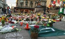 Piața Bursei a devenit loc de pelerinaj pentru cei care vor să aducă un omagiu victimelor atentatelor din 22 martie