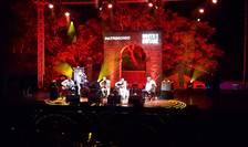 """Cvintetul """"Gipsy Unity"""" al chitaristului francez manouche Angelo Debarre din care face parte si violonistul român Marius Apostol, pe scena Festivalului de la Patrimonio, 22 iulie 2018"""