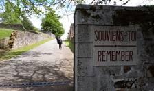 Placa de la intrarea în satul-martir Oradour-sur-Glane