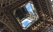 Turnul Eiffel este revopsit pentru a straluci si mai puternic cu ocazia Jocurilor Olimpice din 2024 ce vor fi gazduite de Paris